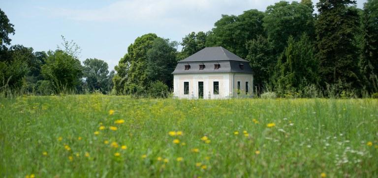 Ein Kleinod inmitten der Natur: Einst Theaterhäuschen dient der Gartenpavillon heute als Zeuge intimer Festlichkeiten.